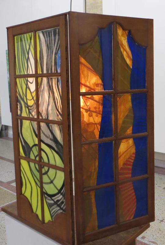 Uitzicht, 2018, 100x50x35 cm, silicaatverf op glas, hout - Buitenkant met lamp