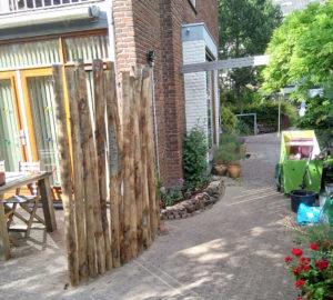 Afscheiding kastanjehout en klein stapelmuurtje, aanleg voorjaar 2020